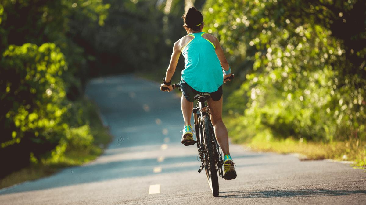kobieta-na-rowerze-trekkingowym